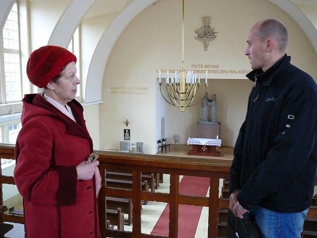 Farářka a architekt. Farářka Milena Cicálková se sešla ve sboru s architektem Davidem Hromadou. Věděli o sboru téměř vše.