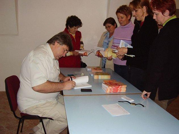 V kruhu obdivovatelek. Na přednášku léčitele Miroslava Hrabici přišly hlavně ženy. Koupily si jeho knihu, požádaly o autogram. Zklamány nebyly, bodrý Moravák dokázal pobavit a během přednášky rozhodně smutno nebylo.
