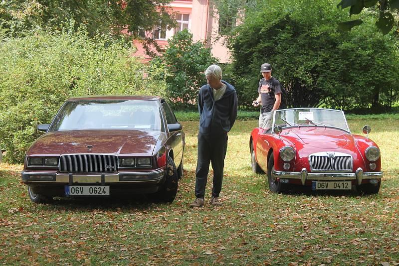 Veteránská auta vzbudila u veřejnosti značný zájem.