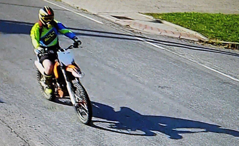 Kamery v obci zachytily motorkáře pár minut předtím, než byl postřelen.