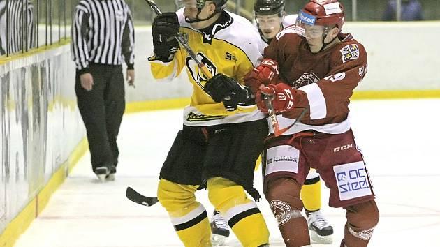 Rozjetí hokejisté Moravských Budějovic (ve žlutém) se v posledních kolech pořádně rozstříleli.