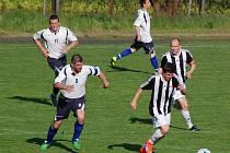 Čtyři minuty dělily ledečské fotbalisty (v pruhovaném) od ztráty dvou bodů.