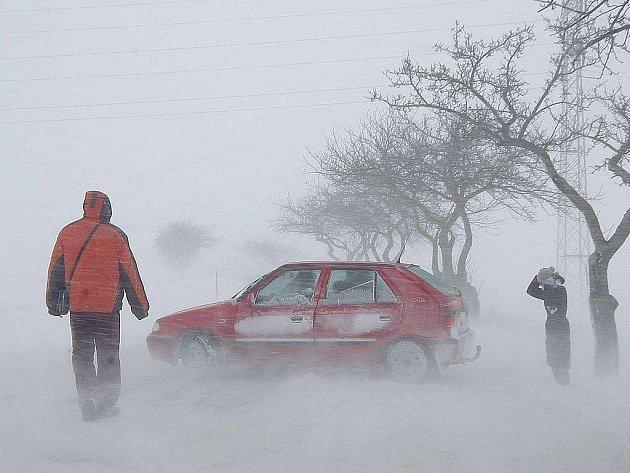 Stejně jako u Šmolov na Havlíčkobrodsku lemovaly uvízlé vozy silnice po celém kraji.