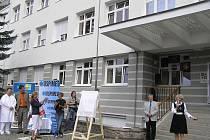 Původní  objekt interního pavilonu nemocnice v Havlíčkově Brodě už opravy potřeboval. Pocházel z druhé světové války, o jeho stavbu se zasloužil bývalý ředitel nemocnice Pavel Trnka, který bude mít na budově i svoji  pamětní desku.