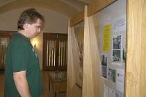 Svět nevidomých je poněkud jiný, než si ho představujeme. Názorně to ukazuje výstava ve vestibulu krajské knihovny Vysočiny v Havlíčkově Brodě.