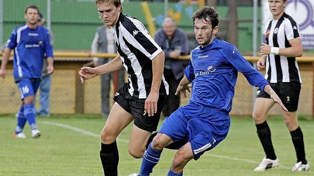 Roman Mareš (v modrém u míče)