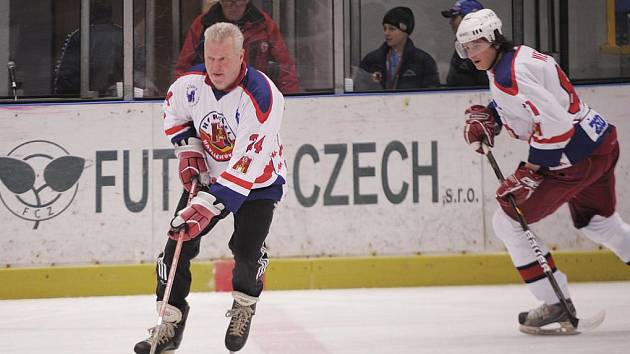Generální manažer Havlíčkova Brodu Augustin Žák (u puku) se minulý týden představil na rozlučkovém zápase brodského A–týmu a jejich fanoušků. V sobotu se na ledě s bruslemi a hokejkou objeví znovu, tentokrát bude hájit barvy týmu Bakus Stars.