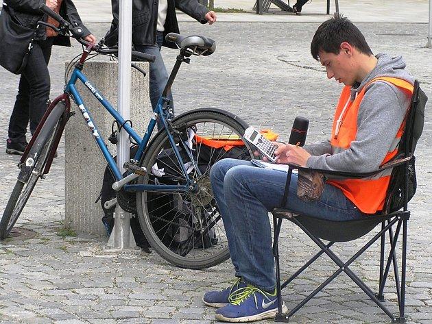 Student Tomáš Duben řidičům na brodském náměstí ochotně poradil.