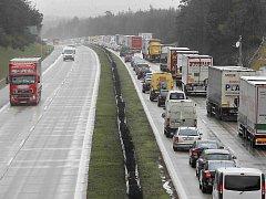 Na dálnici se tvořily několikakilometrové kolony. Ilustrační foto.