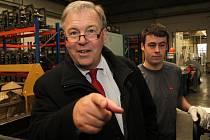V tovární hale. Významný průmyslník Hans-Julius Ahlmann, který do rozvoje závodu ACO Industries v Přibyslavi za 20 let investoval 850 mil. korun, ocenil práci všech 560 zaměstnanců. Průmyslník je na snímku s dělníkem Karlem Plíhalem.