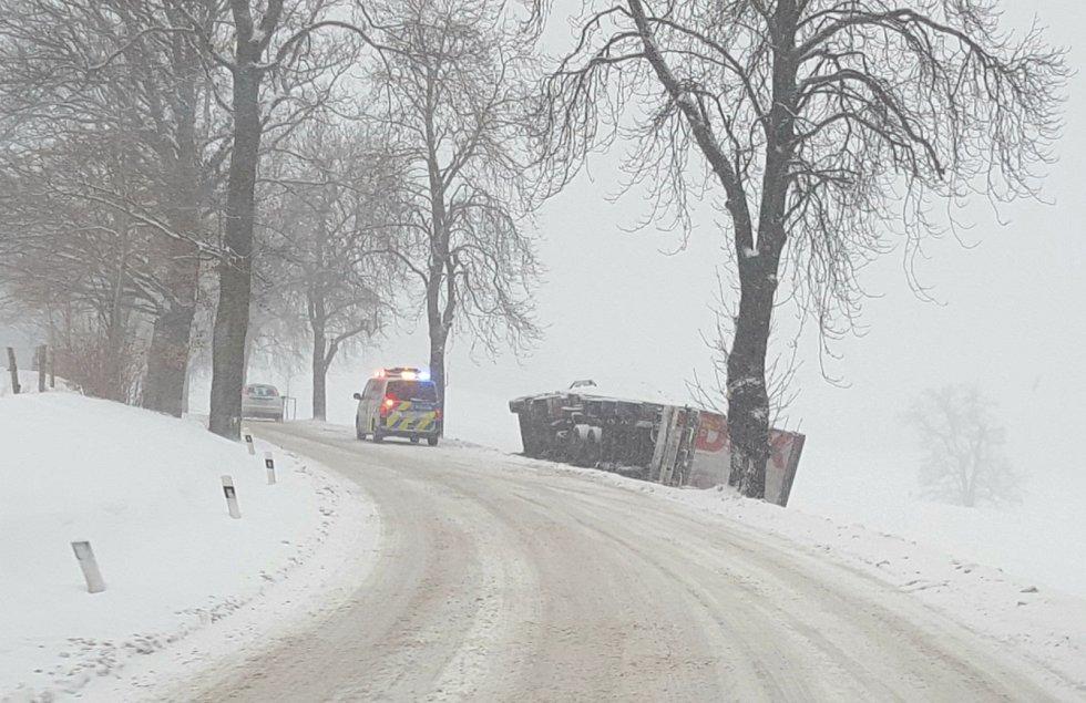 Nehoda kamionu těsně za Chotěboří směrem na Novou Ves.