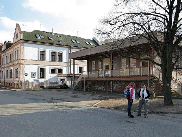 Úřad práce (vlevo) by už od roku 2009 měl pracovat v nových prostorách zrekonstruované nádražní budovy (vpravo).