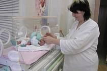 Novorozenci už mohou být pod dohledem speciálního monitoru. Na něm má možnost maminka sledovat dech svého dítěte a včas tak zabránit případnému neštěstí. Ilustrační foto.