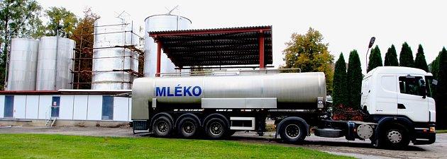Ve dne v noci se v tomto jediném místě v Hesově, nejmenší vsi u Přibyslavi, přečerpává bílá surovina do obřích zásobníků. Přesně je změřeno dovezené množství a obsah tuku. Tady začíná přeměna mléka v Krále sýrů a Pribináčky.