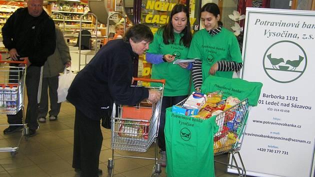 Do nákupních vozíků potravinové sbírky v obchodním domě Alej přispívali podle koordinátorky hlavně lidé středního věku a senioři.