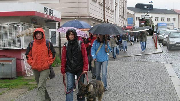Odloučené pracoviště České zemědělské akademie v Havlíčkově Brodě končí a přesunuje se do centrály školy v Humpolci. Pro většinu studentů a jejich psí miláčky to znamená další cestování vlakem. Navíc je nutné  jít z nádraží ještě tři kilometry městem.