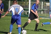 Běžky si v rámci zimního soustředění vyzkoušejí fotbalisté Světlé (ve světlém).