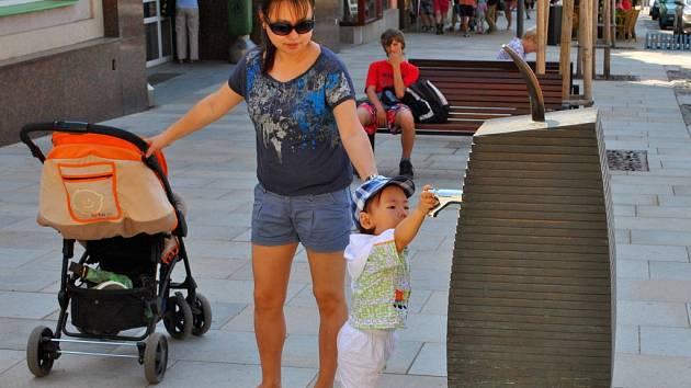 Pítka na Havlíčkově náměstí v Brodě osvěží v horkých dnech dospělé i děti.