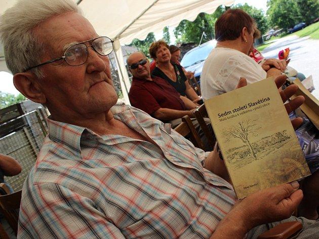 Novou publikaci ukazuje jeden z hostů sobotní slavětínské slavnosti, Josef Janáček z Oudoleně.