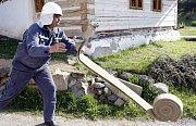 Hasiči cvičili dopravu vody do kopce. Vybrali si k tomu ves Hudeč, kde je několik dřevěných domů.