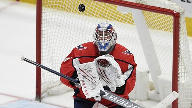 Hokejový brankář Vítek Vaněček se po týdnu vrací v NHL ze Seattlu do Washingtonu. Krakeni jej vyměnil zpět za volbu na draftu.