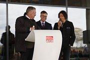 Majitel firmy Hans-Julius Ahlmann, šéf přibyslavské pobočky Jan Císek a český umělec David Černý