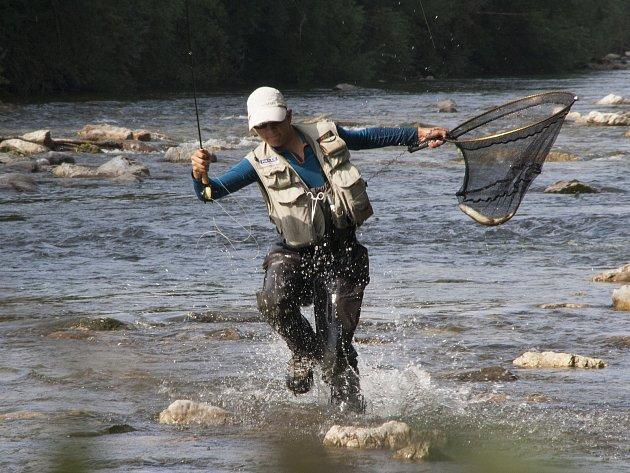 Závodní rybolov – to není vysedávání na břehu. Tonda musí za rybou chodit vřece.