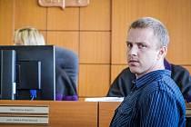 Tomáš Běloušek jako jediný z pachatelů přišel ve středu k odvolacímu soudu v Pardubicích. Ten poslal pachatele ekologické havárie na 2,5 roku do vězení.