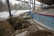 Areál zimního stadionu je teď plný jam, které jsou vykopány především u podpůrných sloupů nesoucích střechu objektu. Ta se měnit nebude, v plánu je ale její navýšení. Ostatní stávající budovy jsou určeny k demolici.