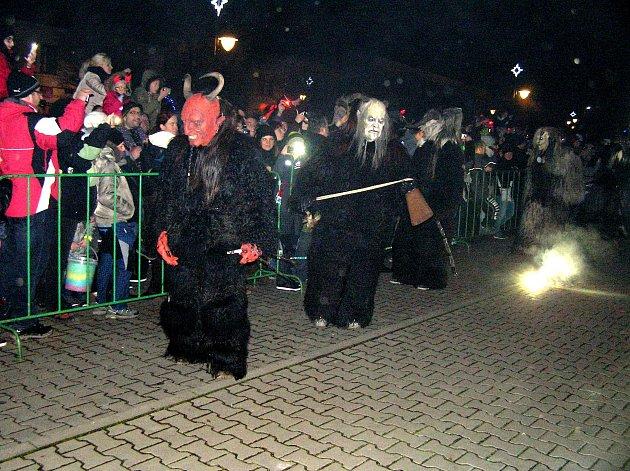 Masky alpských čertů by dokázaly polekat i dospělého.