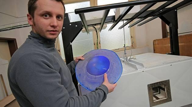 Milan Krajíček mladší ukazuje fusingovou pec a výrobky, které se v ní dají udělat. Mimo jiné bude škola vytvářet například pro kraj Vysočina medaile či ocenění Bezpečná nemocnice.