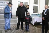 Slavnostního zprovoznění se zúčastnil i hlavní sponzor, Josef Štajer z Prahy (uprostřed).