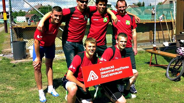 Část hráčů domácího týmu v nových dresech – pod patronací VZP ČR (foto z letního turnaje 28. 6. 2015).