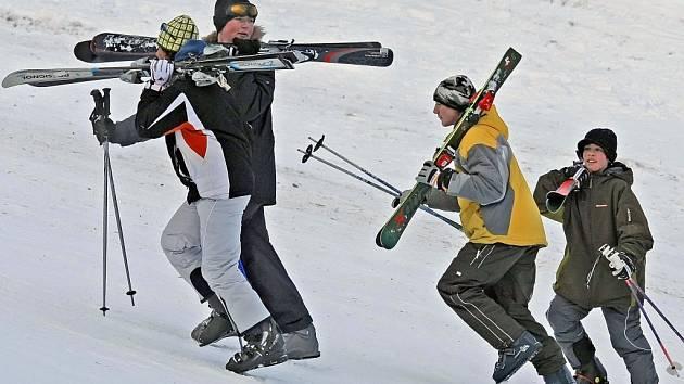 Na Kadlečáku u Světlé nad Sázavou se na čtyřiceticentimetrové pokrývce mohou dosytosti vyřádit všichni vyznavači lyžařského a snowboardového umění.