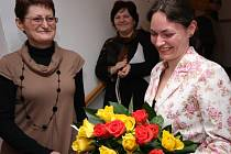 Předaná kytice byla tečkou za kuriozními omyly, které shoda jmen a příjmení v galerii vytvářela. Snímek zachytil obě Hany Novákové, ta vpravo se odstěhovala do Náchoda.