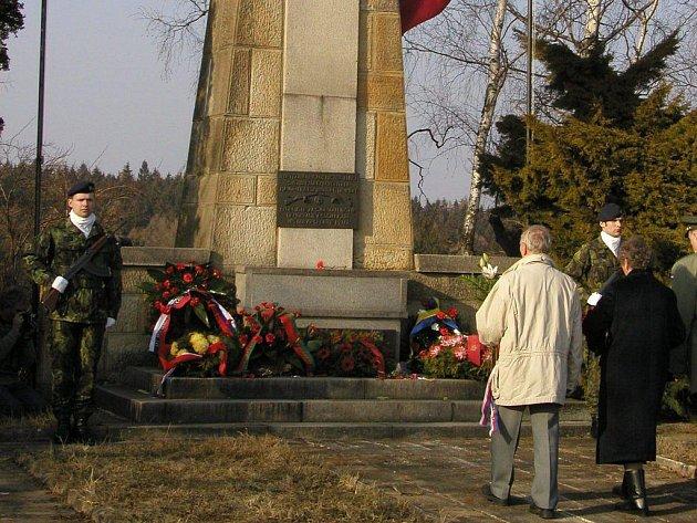 V místech, kde při přestřelce s Němci zahynulo sedm členů partyzánské skupiny Mistr Jan Hus, vyrostl pomník. Lidé si zde připomínají krvavou událost.