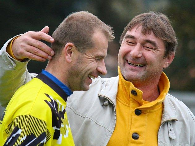 Dvě tváře musel v zápase s Velkou Bíteší ukázat světelský trenér František Polák (na snímku), který nejdříve musel o poločase své svěřence seřvat, aby se mohl po zápase smát, stejně jako v minulém týdnu v Přibyslavi odkud máme snímek.