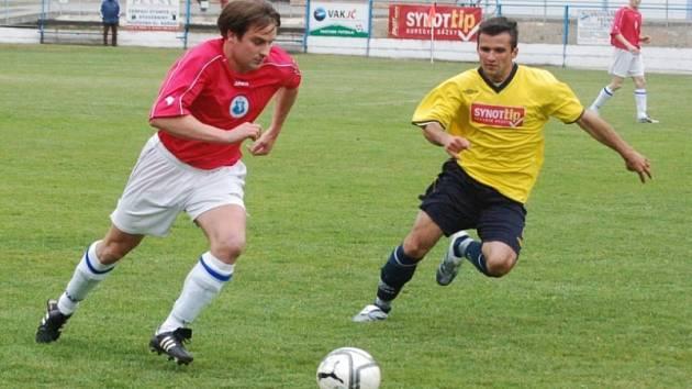 Tuhý boj! Fotbalisté Žirovnice (v červeném Tomáš Houška) doma přivítají Velkou Bíteš. To Vrchovina (ve žlutém Stanislav Kršek) jede do 3 kilometry vzdálené Nové Vsi.
