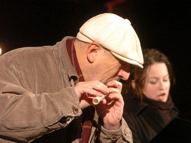 Typicky s čepicí. Jiří Stivín zahraje prakticky na cokoli, do čeho se dá foukat.