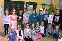 Na snímku je první třída Základní a mateřské školy Habry s třídní učitelkou Evou Dytrychovou a  asistentkou Evou Čápovou.