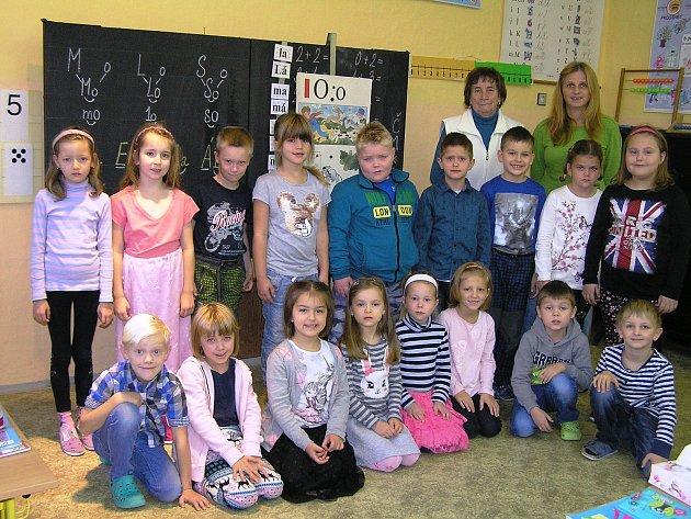 Na snímku je první třída Základní a mateřské školy Habry střídní učitelkou Evou Dytrychovou a  asistentkou Evou Čápovou.
