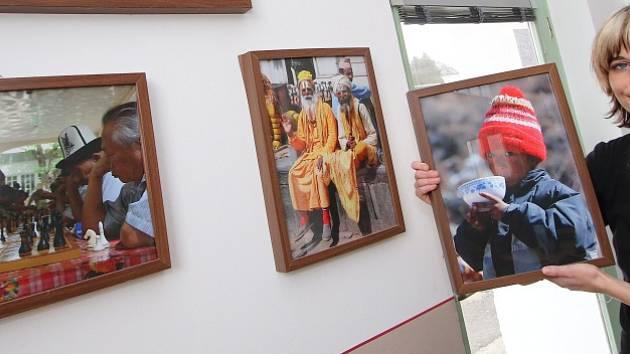 Cestopisné snímky Jiřího Váni jsou vystaveny v havlíčkobrodské kavárně AVE KAVE. Představuje je kavárnice Zuzana Veselá.