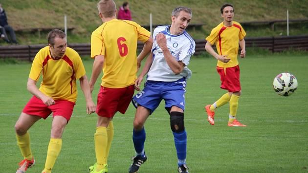 Prohru si v domácím prostředí připsali fotbalisté Štoků (vpravo), kteří v okresním derby nestačili na rezervu ždíreckého Tatranu (1:3).