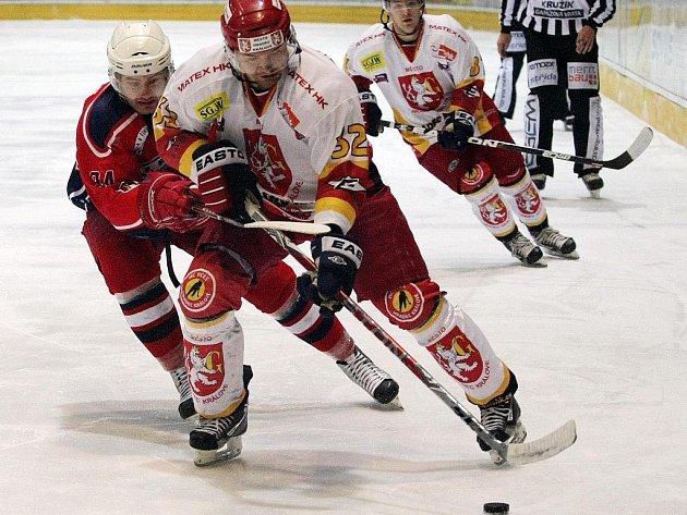 Havlíčkobrodští hokejisté (v tmavém útočník Jonáš Fiedler) v posledních zápasech na soupeře nestačí, v sobotu prohráli už čtvrté utkání v řadě, Hradci podlehli 1:5.