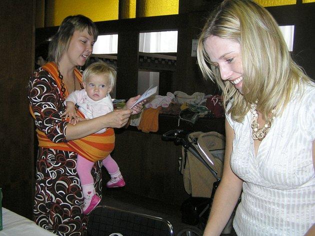 Jako klokan možná vypadá maminka, která  nosí raději dítě všátku na břiše, než by tlačila kočárek.  Klára Šťástná (vlevo) ale na baby šátek nedá dopustit.