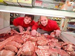 Ivana Korená se svojí dcerou rovněž Ivanou právě vyskládaly na pult čerstvé maso. Kromě masných výrobků nabízí jejich řeznictví i doplňkový prodej, například koření, pečivo, mléko, sýry nebo i velmi oblíbené masové konzervy pro čtyřnohé mazlíčky.