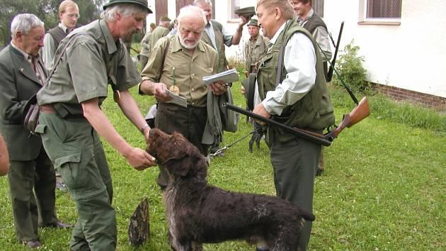 Myslivost není jen koníček, ale náročná práce. Péče o honitbu stojí peníze, stejně jako výcvik psů. Myslivci dotace od kraje jen uvítají.