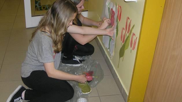 Studentky Adéla Kourková a Natálie Horčičková chodí do Domova pro seniory každý čtvrtek. Obě se chtějí stát desingnérkami.