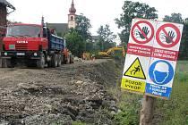 Hráz v Dolní Krupé, po které vede silnice spojující havlíčkův Brod s Chotěboří, vypadá dnes právě takto. Zcela ji opanovaly stavební stroje a těžká automobilová technika.