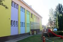 Byly to děti, které si samy zvolily barvy fasády školy.